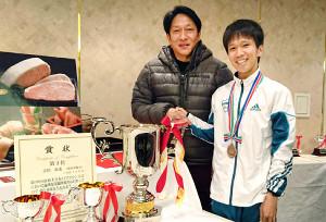 青学大・原監督(左)は吉田祐也を大分ふぐ料理で慰労