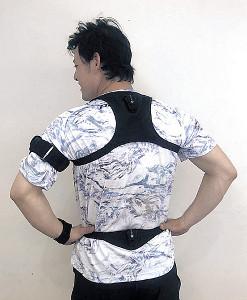 伊藤裕装着「Kベスト」