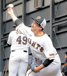 ブルペンで投球する菅野