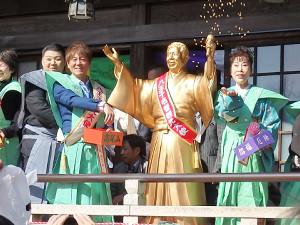 恒例の豆まきを行った(左から)大江裕、北山たけし、北島三郎の銅像、原田悠里
