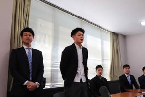 新入団選手発表会見に出席した和歌山東高の落合秀市(左から2人目