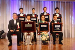 ボートレースの令和元年優秀選手表彰式典に出席した大山〈前列右から2人目)は緑を基調とした振り袖で登場