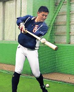 室内練習場でトス打撃をする東北福祉大・元山