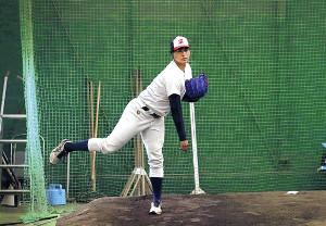 ブルペンで軽めの投球練習をする仙台大・宇田川