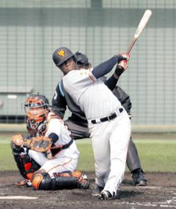 3回無死満塁、モタが左前に2点適時打を放つ(捕手・岸田=カメラ・相川 和寛)