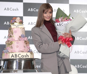 3月に30歳の誕生日を迎えるローラはサプライズのバースデーケーキを贈られ笑顔(カメラ・関口 俊明)