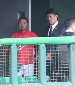 視察に訪れ、菊池涼介(左)と談笑する侍ジャパン・稲葉篤紀監督(右)