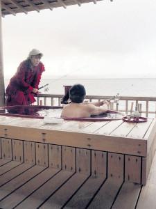 露天風呂から釣りをする邦ちゃん(左)(右は渡辺正行)