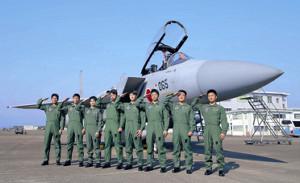 航空自衛隊の戦闘機の前で敬礼をする新人たち(カメラ・中島 傑)
