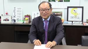 今村社長はアンケート結果の用紙を受け取り、巨人ファンに感謝した