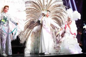 宝塚歌劇星組公演初日を迎え、ショーのフィナーレで羽根を背負ったトップスター・礼真琴(中央)とトップ娘役・舞空瞳(右)、2番手スター・愛月ひかる(左)