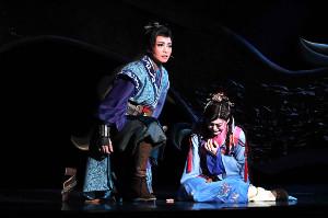 「眩耀の谷〜舞い降りた新星〜」の一場面。丹礼真(礼真琴、左)と盲目の瞳花(舞空瞳)