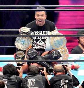 1月5日、東京ドームで2冠王となったばかりの内藤哲也の上に座り2つのベルトを手にしたKENTA。大ブーイングを浴びた