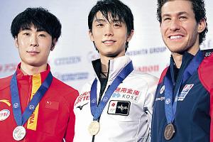 SPで首位に立ち、金色のスモールメダルを贈られた羽生結弦(左は2位の金博洋、右は3位のジェイソン・ブラウン)