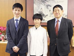 採用試験に合格し、親子4代での棋士誕生を喜んだ張心澄さん(中央)と父の張栩九段(左)、祖父の小林光一名誉三冠(右)