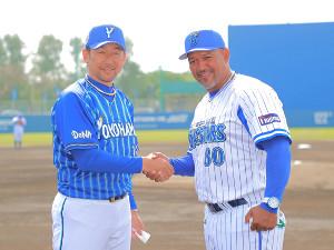 紅白戦でメンバー表を交換後、握手するラミレス監督(右)と三浦大輔ファーム監督