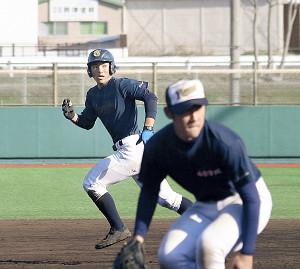 走塁練習に取り組む功刀主将(左)