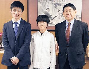 親子4代でのプロ入りが決定した張心澄さん(中)と父の張栩九段(左)、祖父の小林光一名誉3冠