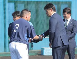 山川穂高と握手を交わす侍ジャパン・稲葉篤紀監督