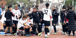 川崎戦後、選手を労う札幌のペトロヴィッチ監督(中央)