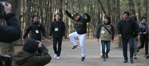 練習を終え、宿舎までの道のりを歩いて帰る原辰徳監督