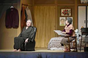 松竹新喜劇の舞台「家族はつらいよ」より。渋谷天外と井上惠美子