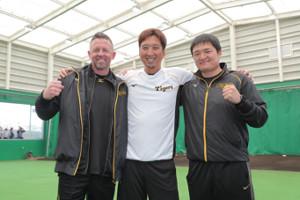 記念撮影を行う(左から)ジェフ・ウィリアムス駐米スカウト、藤川球児、久保田智之スカウト