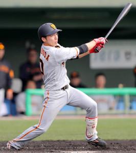 3回無死一塁、右前安打を放つ増田大。攻守で躍動した