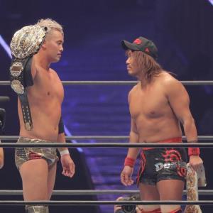 リング上でにらみ合うオカダ・カズチカ(左)と内藤哲也。新日の熱い戦いがファンを熱狂させている