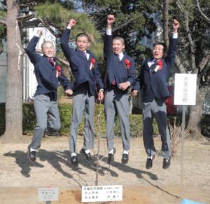 飛躍を誓う卒業生の(左から)秋山稔樹、泉谷楓真、小林脩斗、原優介(カメラ・池内 雅彦)