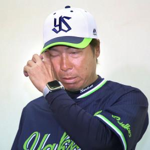 野村氏の訃報に、涙を流す高津臣吾監督