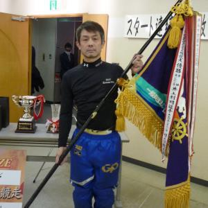 優勝旗を手にする太田和美