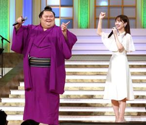 「恋するフォーチュンクッキー」を踊る千代丸(左)と柏木由紀