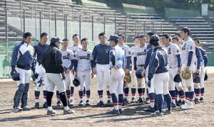 紅白戦終了後、須江監督(左から3人目)の話を聞く仙台育英の選手たち(カメラ・有吉 広紀)