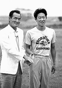 88年ソウル五輪開幕前の7月、長嶋茂雄氏(左)に激励される鈴木大地