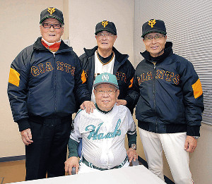 2018年2月、巨人・ホークスOB戦で(左から)巨人軍・長嶋終身名誉監督、張本さん、ソフトバンク・王球団会長と記念撮影