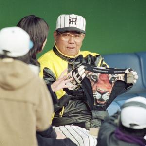 テレビ局のアナウンサーから虎の絵柄のブリーフを贈られ苦笑いの阪神・野村克也監督