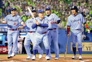 2019年7月、OB戦で打席に立つ野村克也さん(中)(左から)真中、川崎、1人おいて古田、池山の各氏