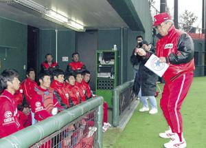 ノートを手に選手に指導するシダックス・野村監督(右)
