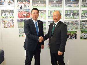 古巣・JX−ENEOSの監督に就任した大久保監督(左)は名門復活に意欲を示した(右はJR東日本・浜岡監督)