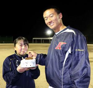 高知の森木(右)は6日に誕生日を迎えた黒田マネジャーにバースデーケーキを食べさせる