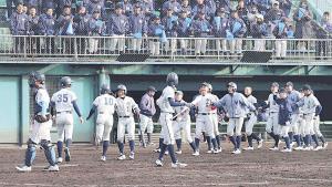 5回に左越本塁打を放ちナインに迎えられる京都南山城・今〈10〉