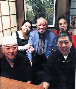生前行きつけだった寿司店「鮨太鼓」で昨年、野村さん(中央)を囲って撮った記念写真。大将・正信さん(右手前)、板長・山本司さん(左手前)、女将・秀子さん(右奥)、若女将・麻美さん(左奥)