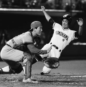 1988年7月20日、大洋・広島戦(横浜)で、3回裏大洋1死満塁、パチョレックの右前打で高橋雅に続きが生還した二塁走者の銚子利夫(共同)