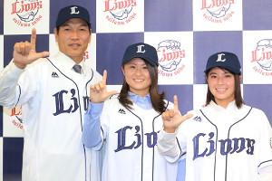 ライオンズ・レディースの(左から)新谷博監督、出口彩香、六角彩子(1月16日の会見)