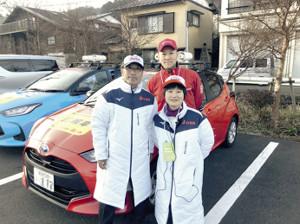 上田監督(左)はじめ、チームワーク抜群の広報車スタッフが第96回箱根駅伝を文字通りリードした(写真提供・上田監督)