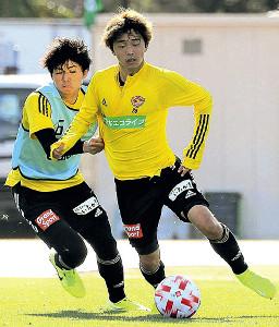 ボールをキープするMF佐々木(右、左はMF田中)