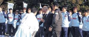 白羽の矢を受け取る磐田のフベロ監督(中央)