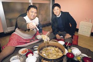 稽古後、ちゃんこ鍋を囲んだ御嶽海(左)と今平(カメラ・宮崎 亮太)