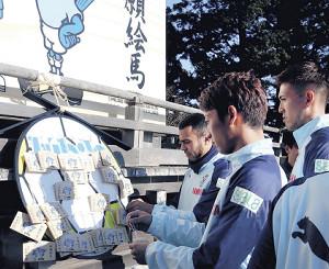 今年にかける思いを、絵馬に記した磐田の選手たち